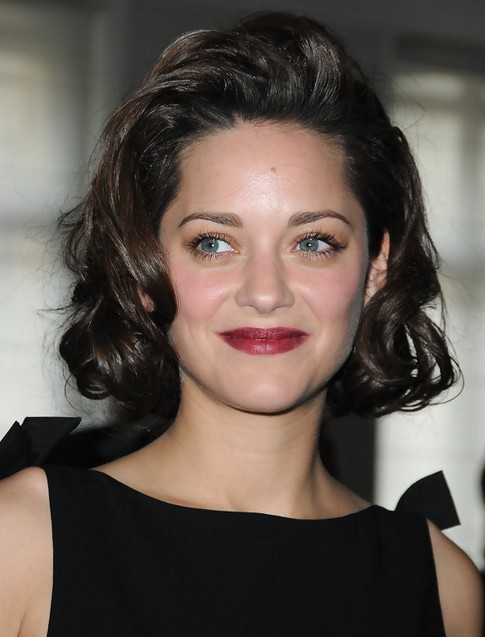 Marion-Cotillard-Medium-Length-Hairstyle-Curls-wieh-Coif-Bangs